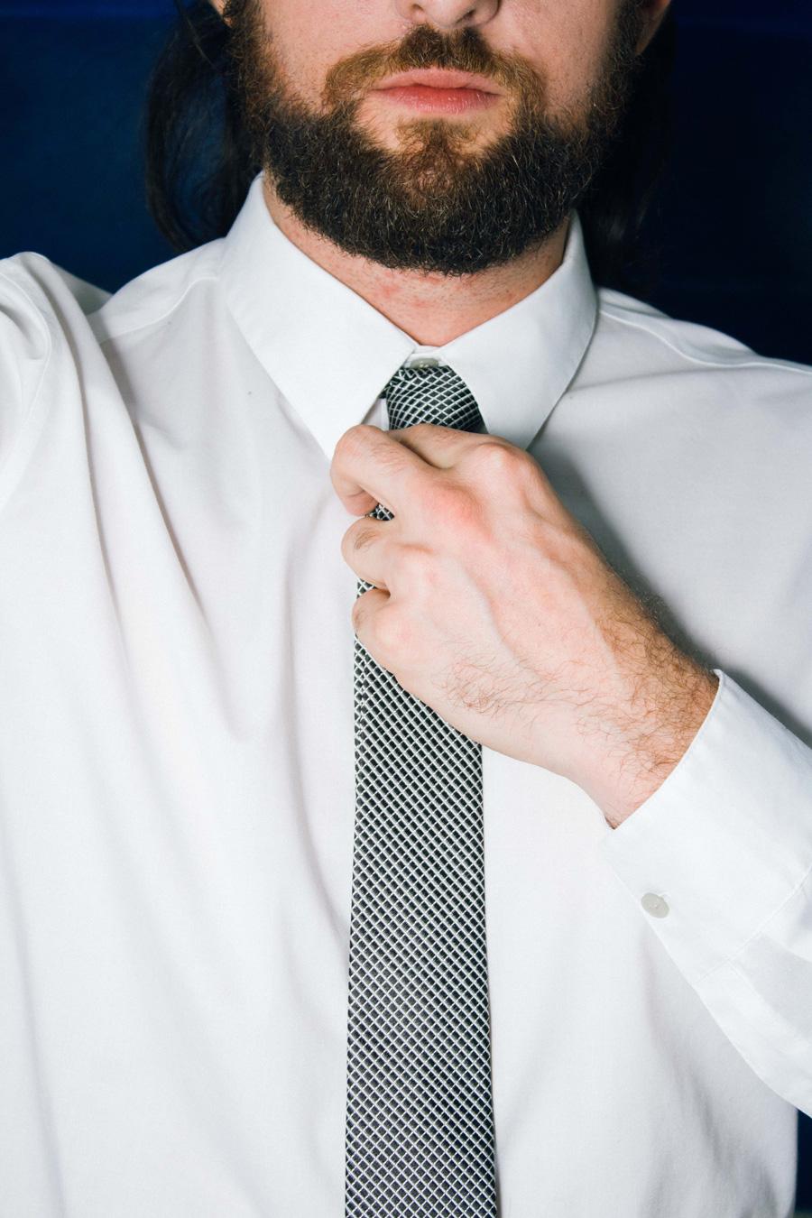 Look com Gravata Slim e Calça Vermelha