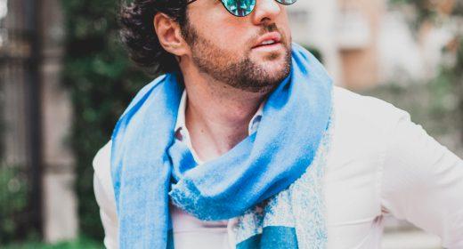 Look com Lenço Azul e Camisa Branca